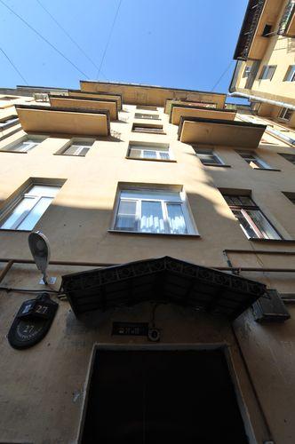 В доме на Кронверкском проспекте Георгий Полтавченко  жил в конце 90-х и отсюда уехал на работу в Москву